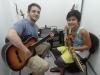 Alegria na sua primeira aula de guitarra na M&C.