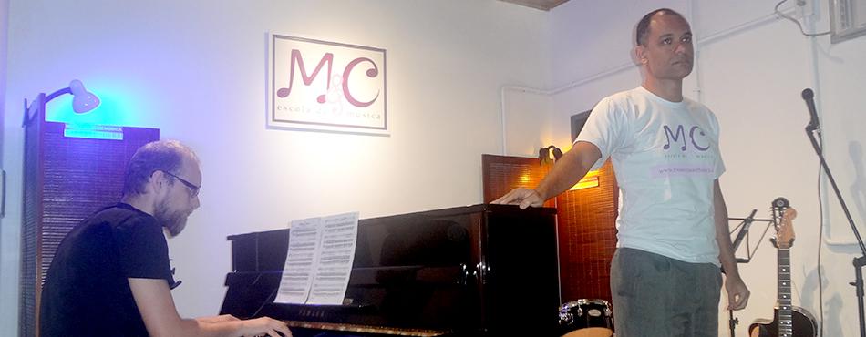 Pianista e cantor.